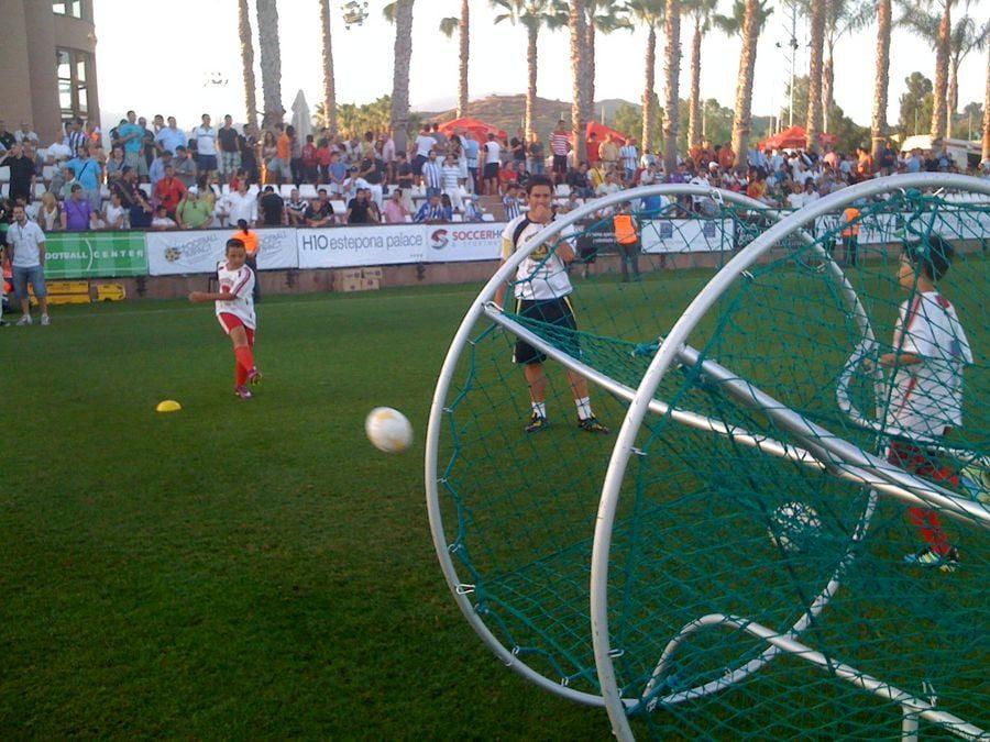 Chicos del Campus participan en el partido de fútbol del Málaga